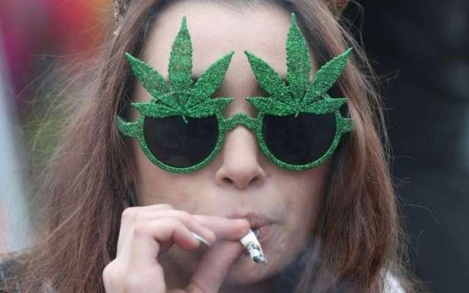 une-femme-fumant-du-cannabis-le-20-avril-2017-devant-le-parlement-a-ottawa