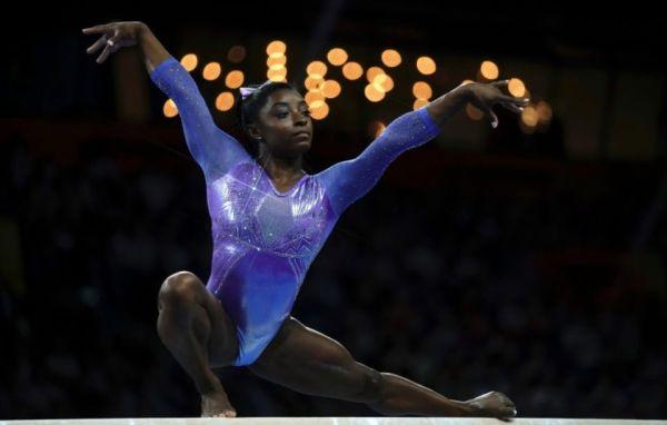1259984-l-americaine-simone-biles-a-la-poutre-aux-championnats-du-monde-de-gymnastique-artistique-a-stuttgar