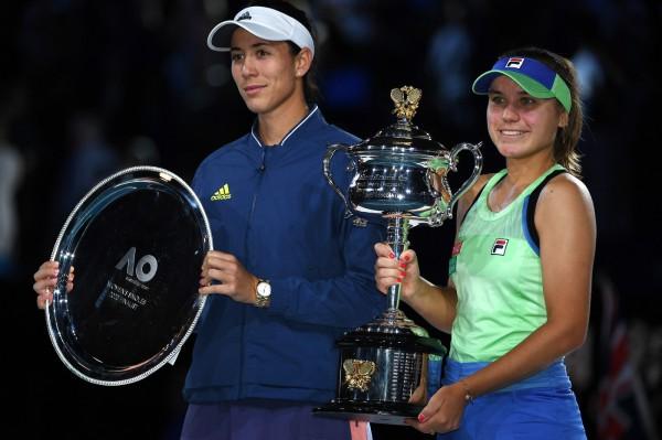 Sofia-Kenin-Garbine-Muguruza-posentleur-tropheela-victoire-Americaine-Espagnole-finale-Open-Australie-1er-fevrier-2020-Melbourne_1_1400_933